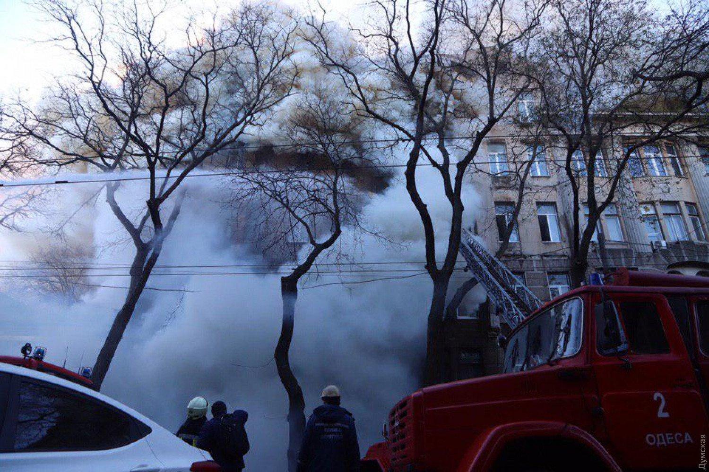 У самому центрі Одеси палає пам'ятник архітектури, люди викидаються з вікон: кадри трагедії