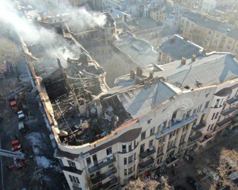 Смертельный пожар в Одессе: тлеющее здание показали с высоты