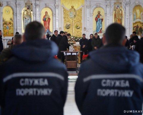 Прийшли сотні: в Одесі прощаються із загиблим під час пожежі на Троїцькій рятувальником: фото