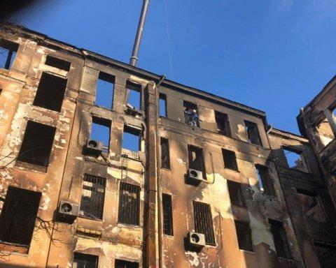 На автовишці у самому центрі пекла: з'явилося ім'я комунальника, який рятував людей з палаючого будинку в Одесі
