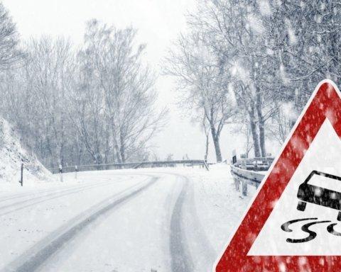 Перший зимовий снігопад в Україні: дороги скували виснажливі затори