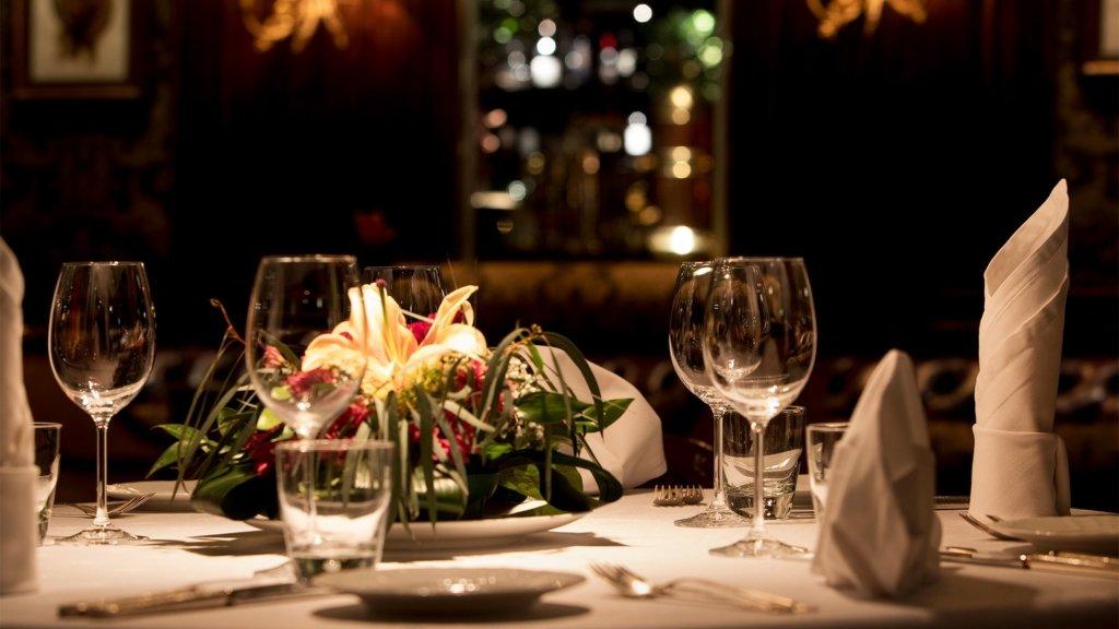 Ресторанам разрешили работать до часу ночи на Новый год