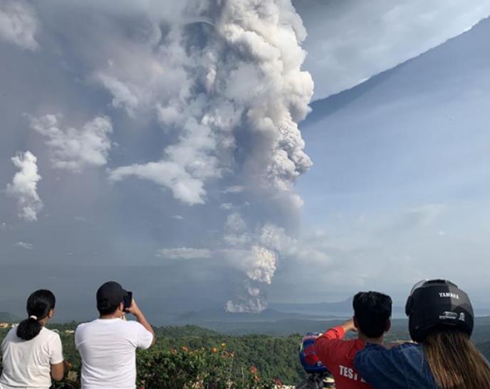 Виверження вулкана на Філіппінах: з'явилися неймовірні фото і відео