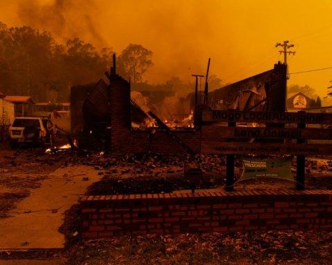 В Австралии вновь усилились смертельные пожары: началась массовая эвакуация