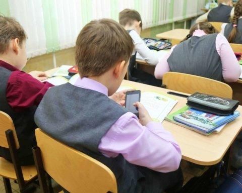 В украинских школах могут запретить смартфоны на уроках