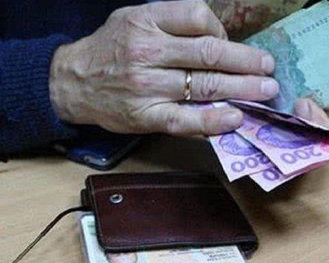 Карантинну тисячу отримають не всі пенсіонери: що відомо