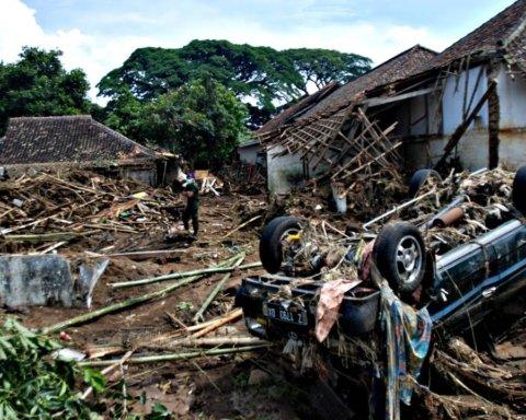 Индонезию накрыло масштабное наводнение: жуткие кадры