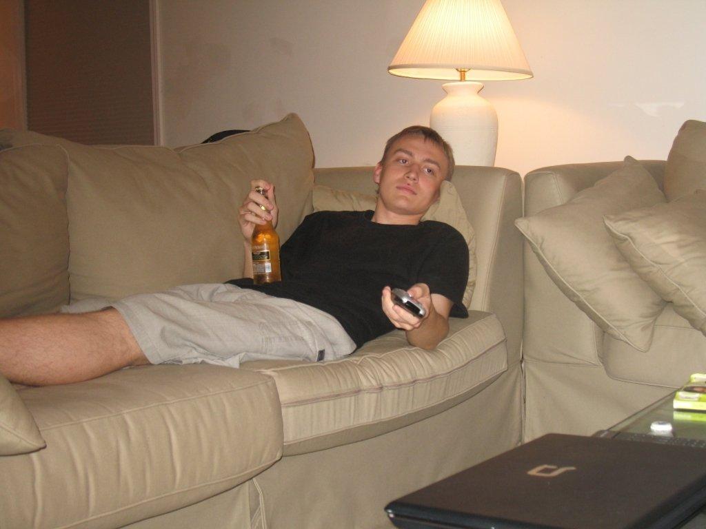 Вчені розповіли, яку загрозу здоров'ю несе відпочинок на дивані