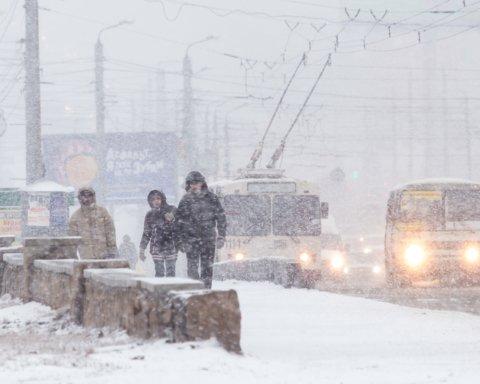 Не работают аэропорты, а гололед сковал дороги: непогода наделала бед по всей Украине