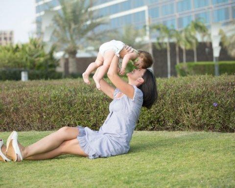 Одиноким матерям увеличат размер госпомощи: подробности