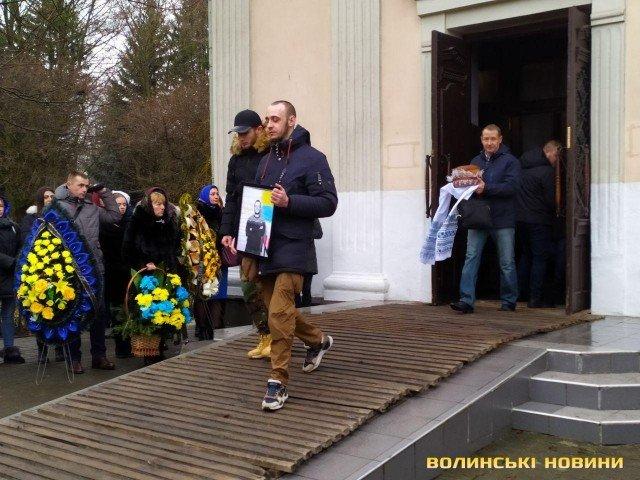 """""""Не вижив морально"""": на Волині попрощалися із молодим воїном Донбасу"""