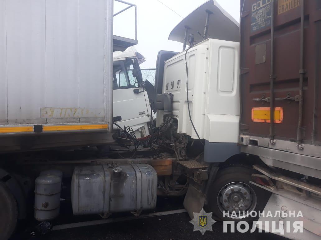 Зіткнулися 11 авто: на Одеській трасі сталася страшна ДТП