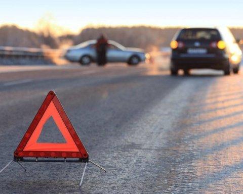 Непогода в Киеве: в масштабное ДТП попало 10 авто