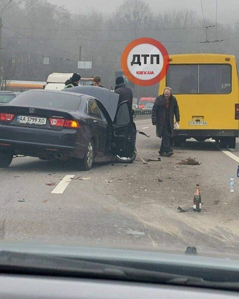 В Киеве маршрутка попала в серьезное ДТП: первые подробности и фото