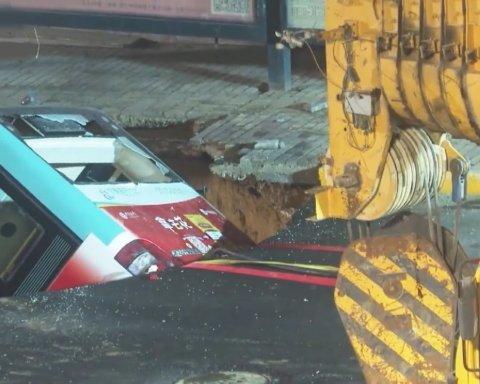 Автобус с десятками пассажиров ушел под землю: много погибших