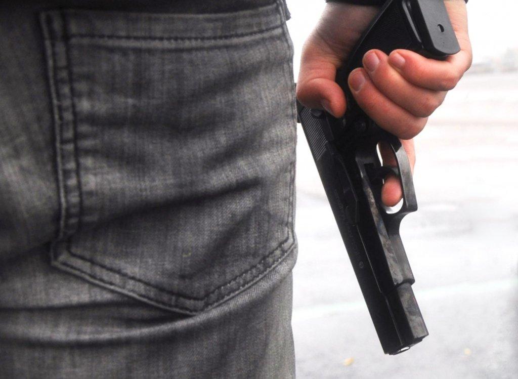 У Києві чоловік намагався застрелитися в під'їзді власного будинку