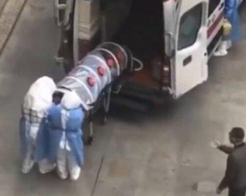 """""""Наче при зомбі-апокаліпсисі"""": Мережа в шоці від кадрів перевезення хворих на китайський вірус"""