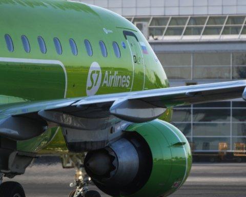 «Викликайте МНС, вона замінована»: фото буйної пасажирки та подробиці НП з літаком у Росії