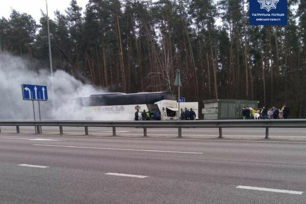 Під Києвом загорівся автобус з пасажирами: всі подробиці НП
