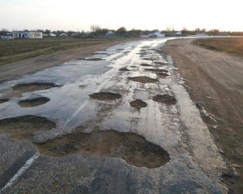 Українці зможуть скаржитися онлайн на погані дороги: як це буде працювати