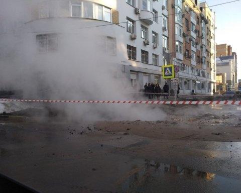 Образовалась воронка в несколько метров: в Киеве прорвало трубопровод