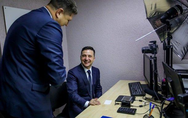 Зеленский первым в Украине получил электронную подпись на ID-карту