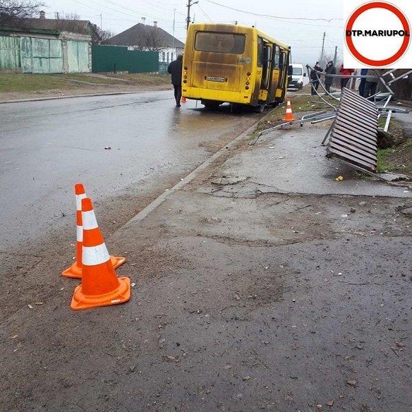 Маршрутка в Мариуполе снесла остановку с людьми: есть пострадавшие