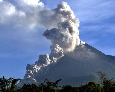 В Индонезии началось извержение активного вулкана: впечатляющие кадры