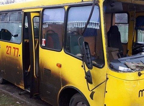 Маршрутка у Маріуполі знесла зупинку з людьми: є постраждалі