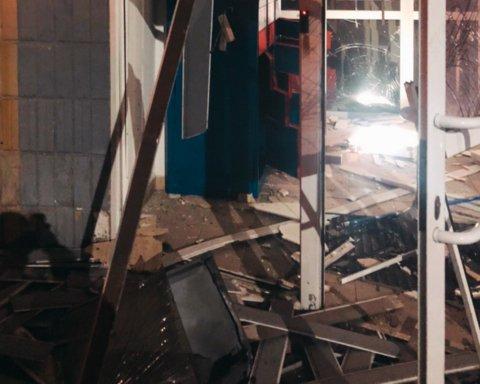 В Киеве прогремел взрыв в отделении банка: все подробности