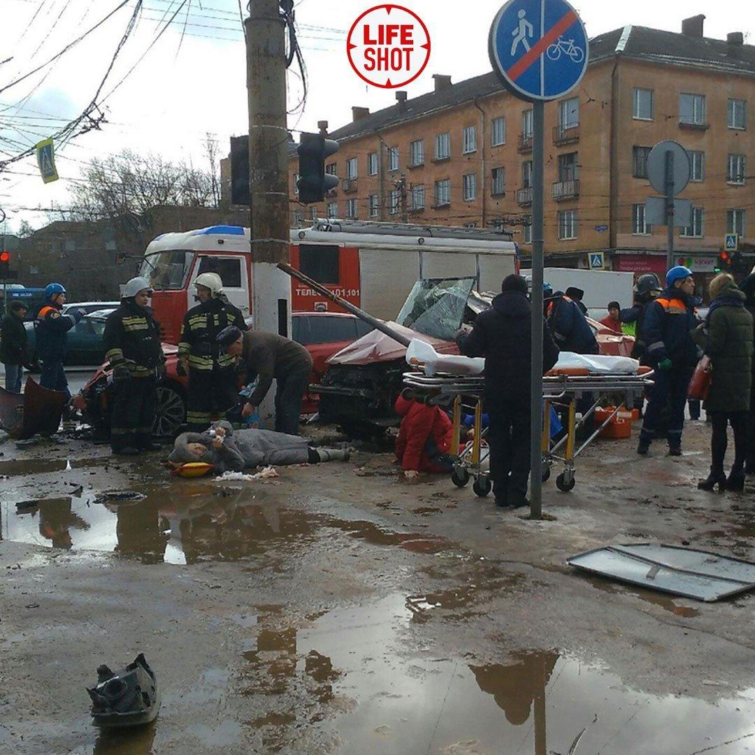 В России автомобиль протаранил группу пешеходов, много пострадавших: фото и видео