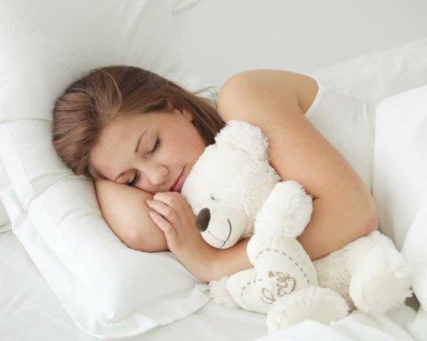 Медики пояснили, чому потрібно спати без одягу
