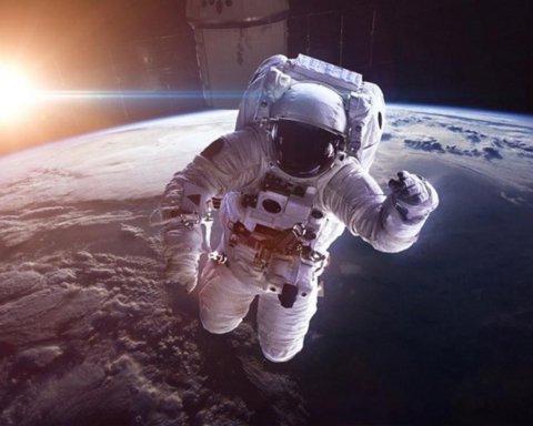 SpaceX почне відправляти туристів у космос вже в 2021 році