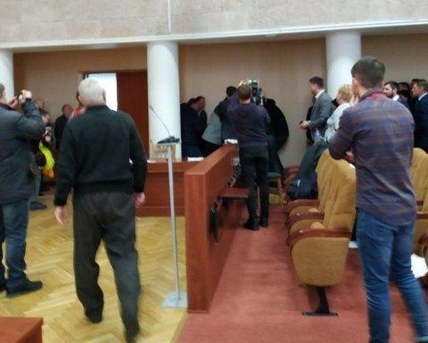 Під Києвом депутат влаштував бійку в міськраді з ножем і пістолетом – фото