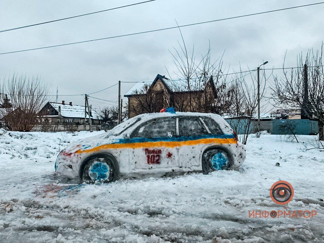 """У Дніпрі зі снігу зліпили патрульну машину і викликали копів: з'явилися фото """"авто"""""""