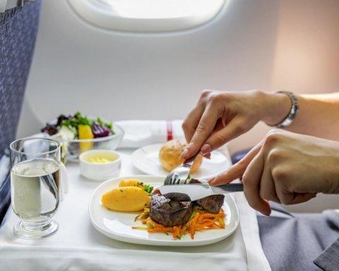 Названы продукты, которые лучше не есть на борту самолета
