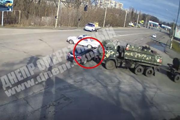 В Днепре BMW влетел в колонну военных: подробности и видео