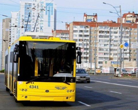 Пенсіонера викинули з тролейбуса у Києві: все потрапило на відео