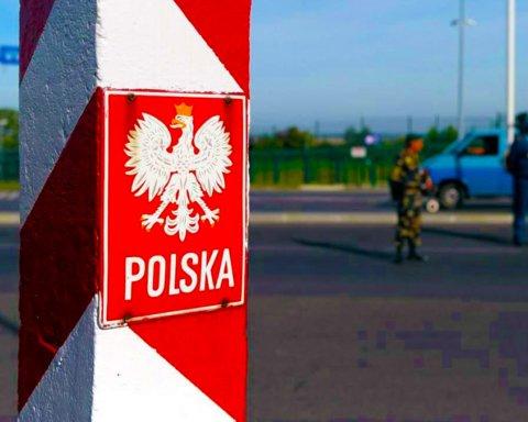 """Українці на кордоні з Польщею намагаються """"прорватися"""" додому: все потрапило на відео"""