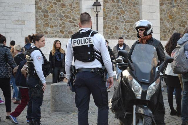 Во Франции вооруженный мужчина захватил в заложники женщину и пятерых детей