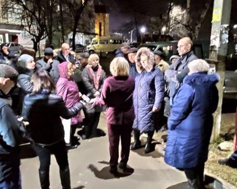 Новые Санжары-2: в Черновцах местные устроили бунт у дома инфицированного мужчины