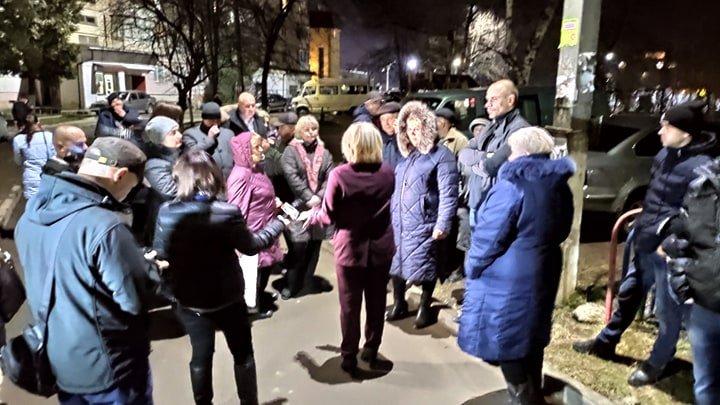 Нові Санжари-2: в Чернівцях місцеві влаштували бунт біля будинку інфікованого чоловіка