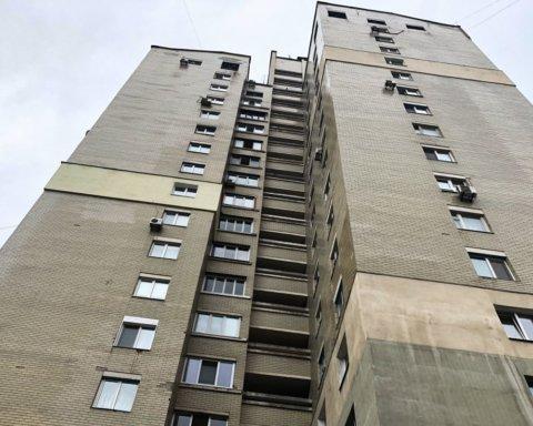 У центрі Києва з вікна висотки випала дівчина: подробиці та фото з місця