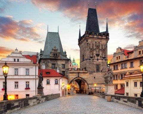 Коронавірус: Чехія зачиняється на карантин, а Албанія вводить комендантську годину