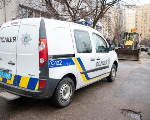 У Києві стався масштабний прорив труби, провалився асфальт: фото та відео наслідків