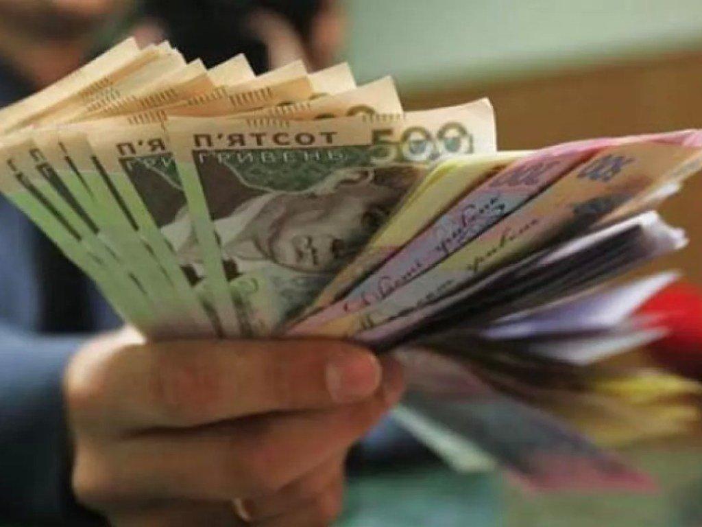 В Украине чиновников за COVID-19 лишат высоких зарплат