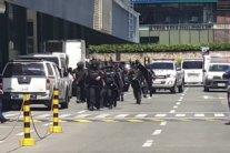 На Филиппинах вооруженный мужчина захватил в заложники 30 человек: видео