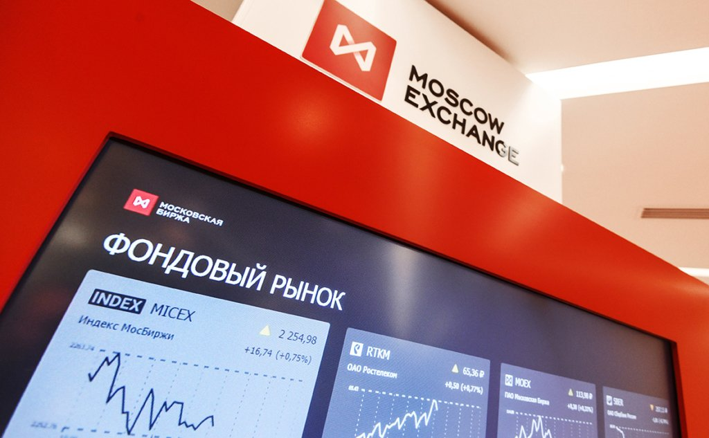 Після падіння цін на нафту торги на Московській біржі почалися з обвалу рубля