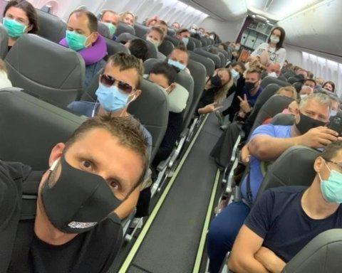 Скандал з літаком з Балі: пасажири заявили про погрози кримінальною відповідальністю