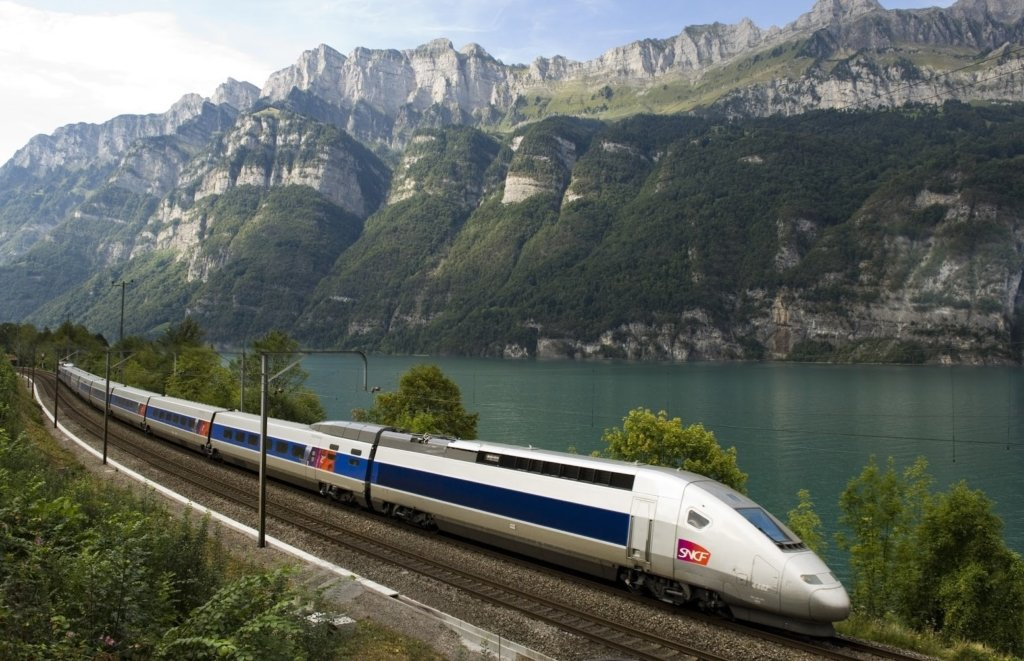 Швидкісний потяг зійшов з рейок у Франції, багато постраждалих